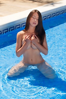 Naked Girl Taylor Sands Playing By The Pool