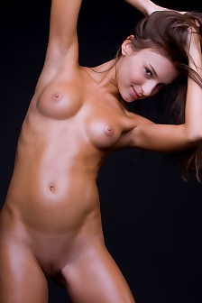 Pretty Oiled Teen Nikki Nude